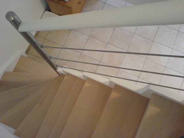 Escalier avec cables inox peint en blanc
