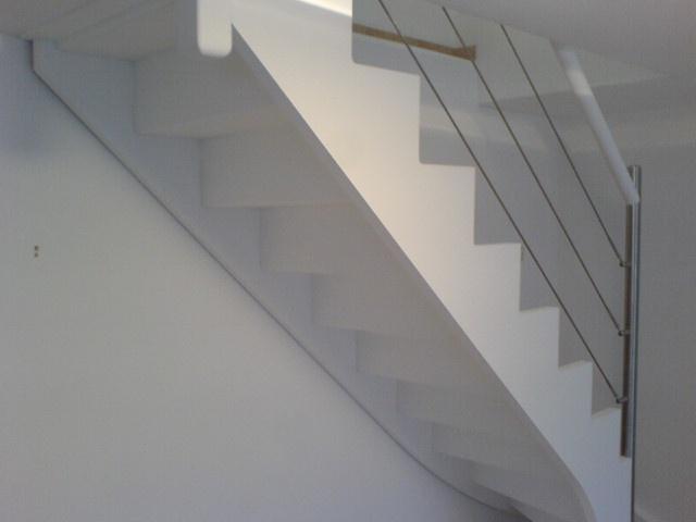 Escalier avec cables inox peint en blanc for Peinture couleur inox pour bois