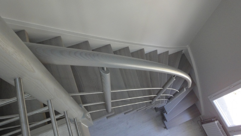 Escaliers deparis 77 escaliers en bois sur mesure ile de france fabrication - Escalier repeint en gris ...